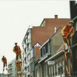 De Merchtemse steltlopers wandelen mee in de Canteclaerstoet