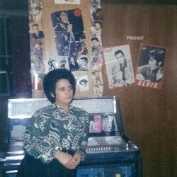 Lucette Vanquaille poseert aan haar jukebox