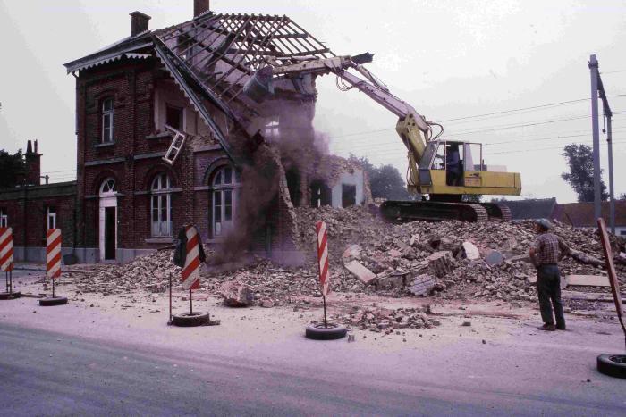 De afbraak van het stationsgebouw van Machelen-aan-de-Leie