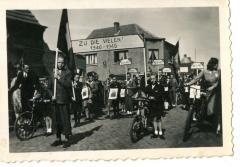 Hulde aan Machelse oorlogsslachtoffers tijdens bevrijdingsstoet 1945