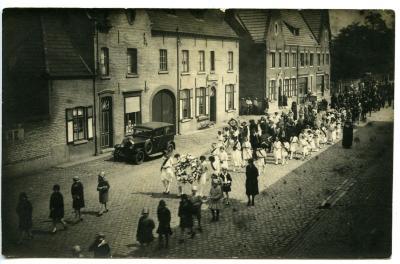 De processie passeert langs de Grote Steenweg te Olsene