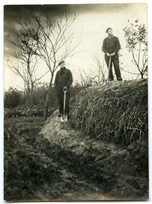 Nonkel en vader DeVreese aan de Wulfhoek in Nevele