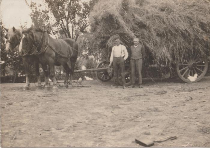 Poseren aan de hooiwagen