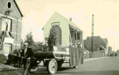 Praalwagen in stoet voor pastoor Raemdonck van Vinkt