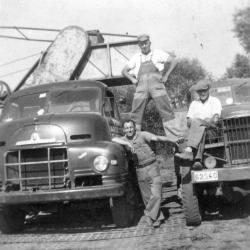 Steenbakkers op vrachtwagens aan ringoven, Zevergem