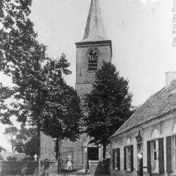 """Kerk met rechts herberg """"Blauw Huis"""", Zevergem"""