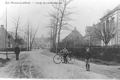 """Latemstraat met """"Oud Gemeentehuis"""", Sint-Martens-Latem"""