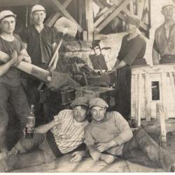 Steenbakkers : Het persen van twee of vier stenen in een vorm, met een houten hefboom (persstok, dijssel)