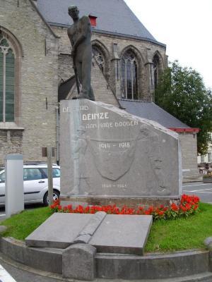 Oorlogsmonument Deinze De Piocheur