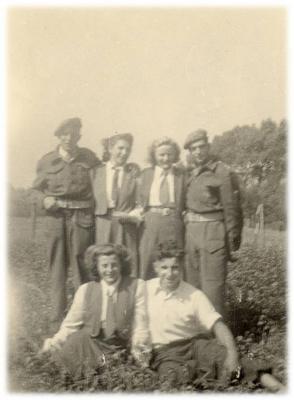 KVLV-dames met soldaten