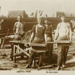 Steenbakkers poseren tijdens het werk