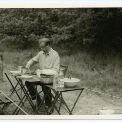 Pastoor De Smaele op kamp met de scouts van Deinze