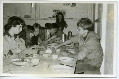 Aan tafel op kamp in Wezemaal