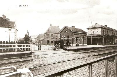 Het station van Olsene met overweg.