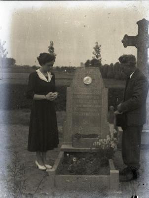 Familie Lampens poseert aan graf