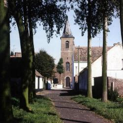 Zicht op de parochiekerk van Zevergem