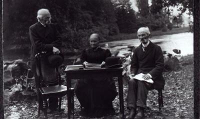 Edouard Desmaisières poseert samen met zus en broer