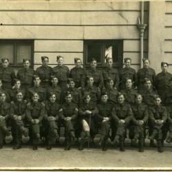 Engelse soldaten poseren voor het Deins stadhuis