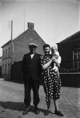 Alois en Alma D'Haenens poseren voor de pastorie in Vinkt