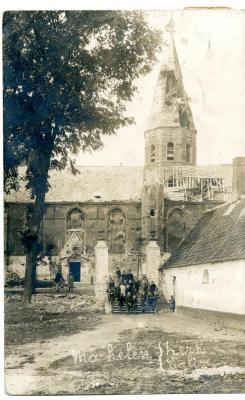De zwaar beschadigde parochiekerk van Machelen-aan-Leie