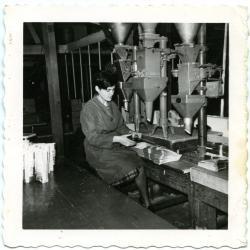 Christiana Van Caeneghem in de verpakkingsafdeling van LIMA