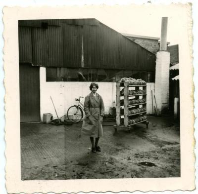 Frieda Vlerick bij afkoelend LIMA-brood