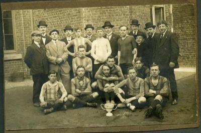 Edgar Gevaert en zijn voetbalploeg winnen beker