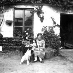 Hond en meisje met pop