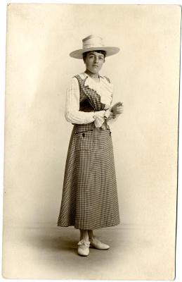 Augusta Verschelden in originele kledij als dienstmeid