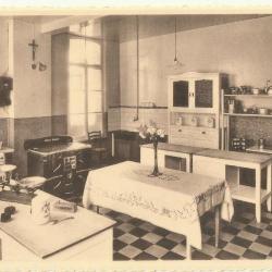 Een huishoudklas in de school van de Machelse zusters van het Heilig Hart van Maria
