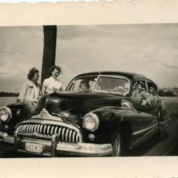 Het gezin Van Praet met hun Buick
