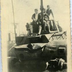 Poseren op een verhakkelde Britse tank