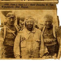 Karel Van Wijnendaele geflankeerd door 2 coureurs