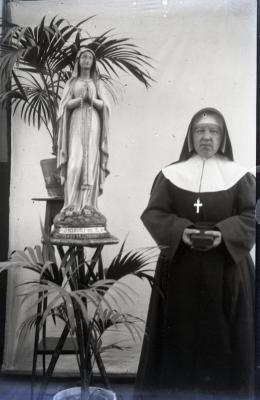 Kloosterzusters de Lichtervelde voor de lens van Leon Lampens