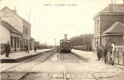 De stoomtrein komt aan in het station van Zulte