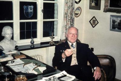 Toneelauteur Gaston Martens poseert aan zijn bureau