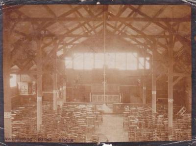 Het interieur van de noodkerk van Olsene